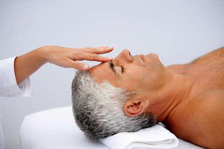thalasso: L'homme d'âge mûr ayant massage facial Banque d'images