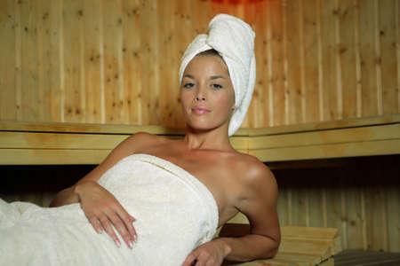 sauna nackt: Frau entspannt in der Sauna Lizenzfreie Bilder