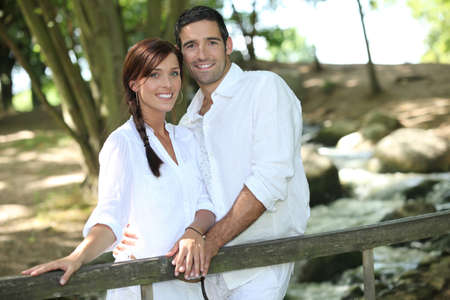 verlobt: Junges Paar bei einem Spaziergang