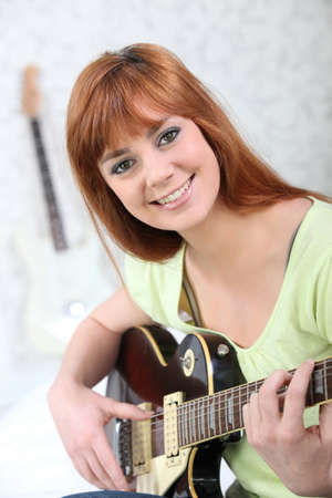 Woman beat guitar: Red-haired woman with electric guitar Kho ảnh