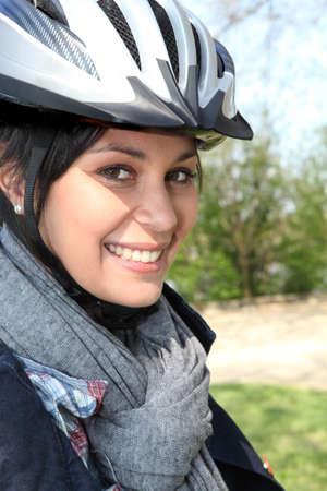 Mujer joven en un casco de ciclista