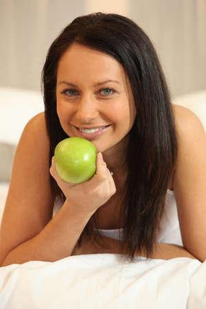 calories poor: Brunette woman with green apple