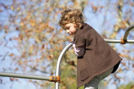 climbing frame: Little girl giocando sulla struttura rampicante per bambini