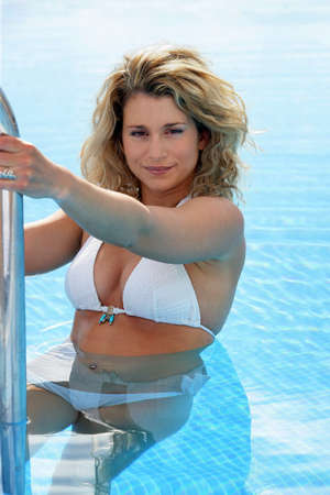 thalasso: Sexy blonde piscine de natation de quitter