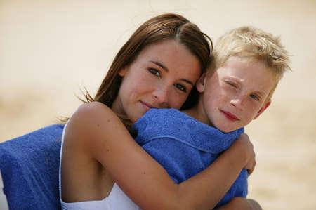 madre e hijo: Madre abrazando a su hijo