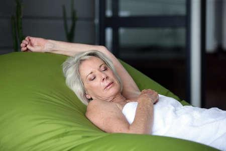 mujeres mayores: Anciana dormido en gran bolsa de frijoles