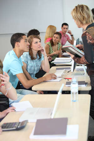profesor: estudiantes y el profesor en clase