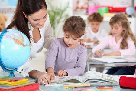 maestro dando clases: Jard�n de la infancia