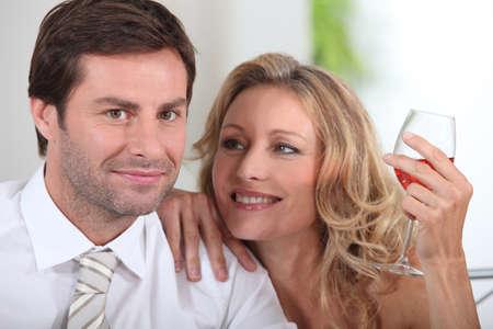 together with long tie: Pareja con copa de vino Foto de archivo
