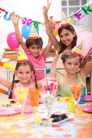 ni�os con pancarta: Los ni�os en una fiesta de cumplea�os Foto de archivo