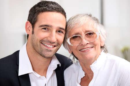 madre e hijo: Adultos hijo y su anciana madre