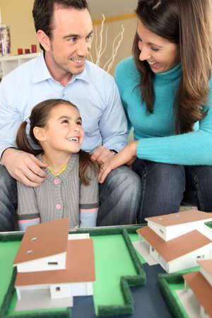 planificacion familiar: Joven de la familia la planificaci�n de su nueva casa