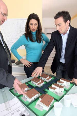 interior designer: Architect running through ideas with client