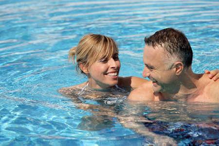 ba�arse: El hombre y la mujer en una piscina