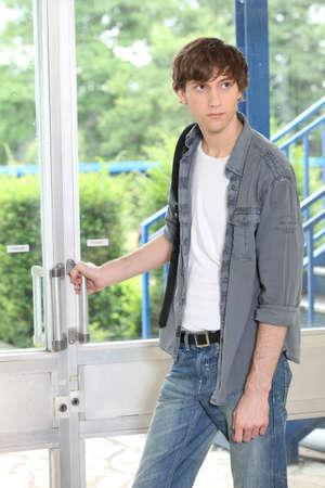 abriendo puerta: Estudiante de apertura de la puerta