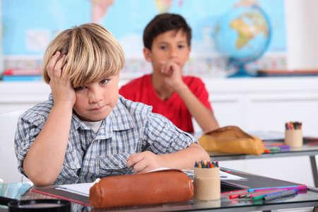 ni�os escribiendo: Ni�o en la escuela aburrido