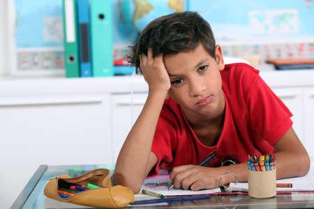 hausaufgaben: Kleiner Junge im Kunstunterricht gelangweilt