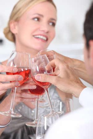 Brindis con copas de vino
