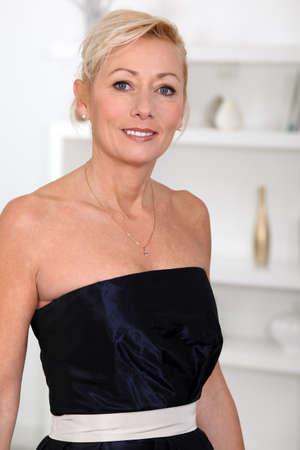 mujeres mayores: Mujer en un vestido de fiesta