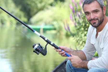 hombre pescando: El hombre pesca