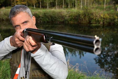 cazador: un cazador apuntando a un objetivo