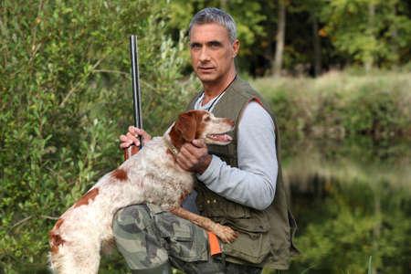 fusil de chasse: Chasseur avec chien Banque d'images