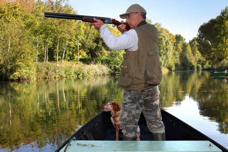 fusil de chasse: chasseur en bateau