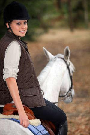 hacking: Giovane donna a cavallo