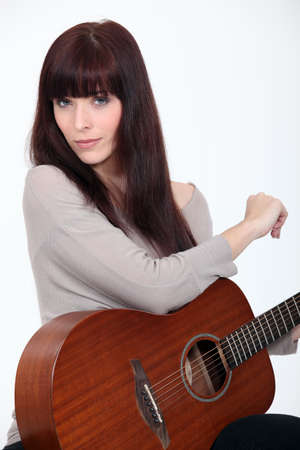 amateur: Mujer tocando la guitarra Foto de archivo