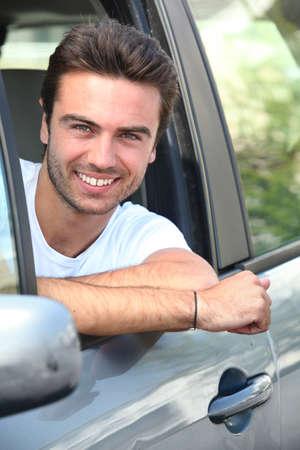 bella: giovane uomo seduto nella sua auto Archivio Fotografico