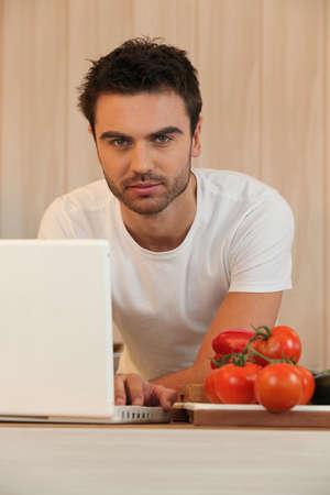 uomini belli: giovane navigare in internet