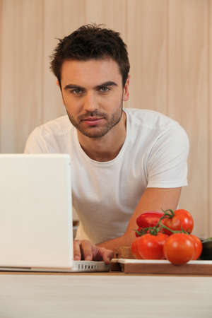 bel homme: jeune homme � surfer sur Internet