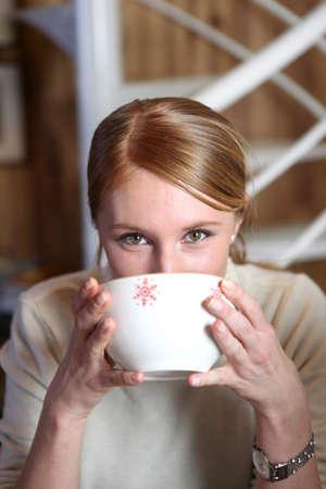 mujer tomando cafe: Mujer bebiendo de la taza de café
