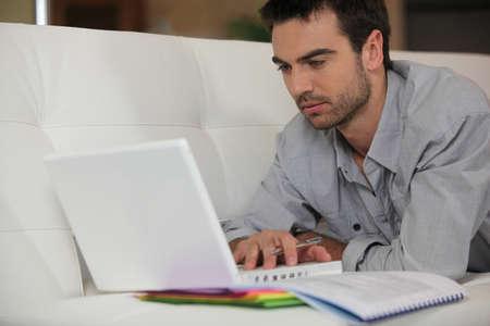 deberes: Hombre estudiar en casa