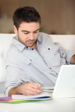 hombre estudiando: El hombre de la casa estudio