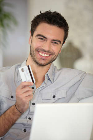uomini belli: Uomo allegro con carta di credito Archivio Fotografico
