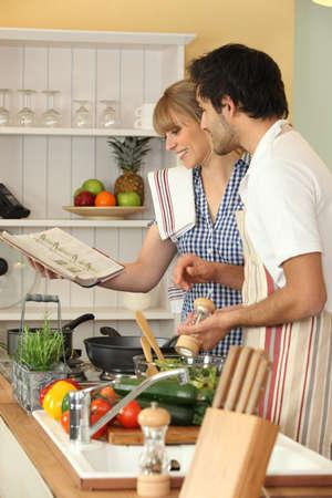 amateur: pareja cocinar juntos en la cocina Foto de archivo