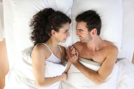 sexuality: Pareja acostada en la cama