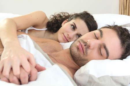 durmiendo: Mujer mirando a su marido para dormir