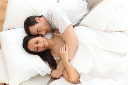 parejas sensuales: Pareja acostada en la cama