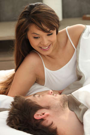 position d amour: Couple au lit