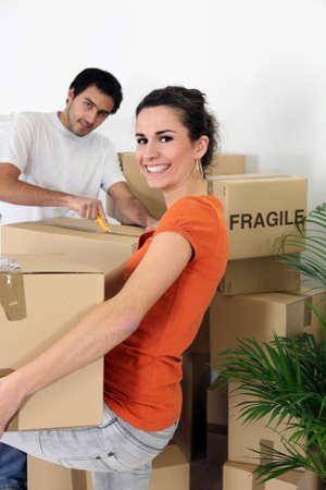 uitpakken: Paar uitpakken hun bezittingen Stockfoto