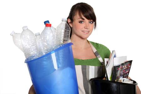 separacion de basura: Reciclaje de la mujer joven Foto de archivo