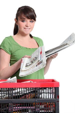 separacion de basura: Jóvenes periódicos mujer de reciclaje
