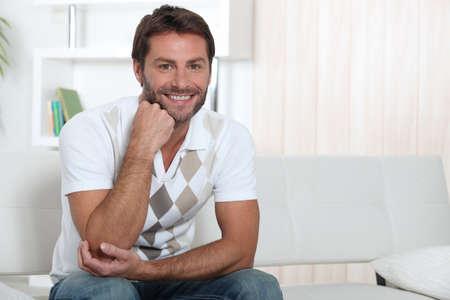 El hombre en su casa sonriendo Foto de archivo - 14009974