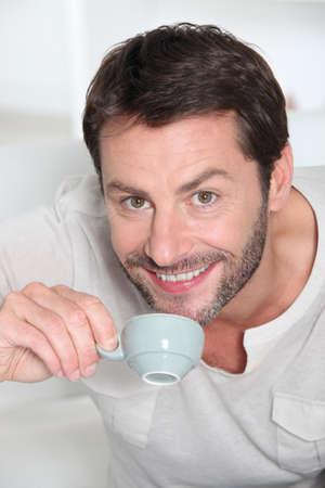 El hombre que bebe una taza de caf� Foto de archivo - 14011520