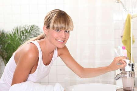 levantandose: Mujer en el baño