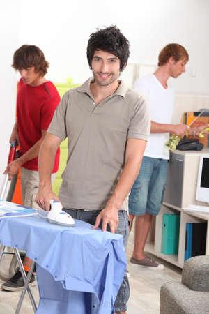 Tres hombres haciendo tareas domésticas Foto de archivo - 13959931