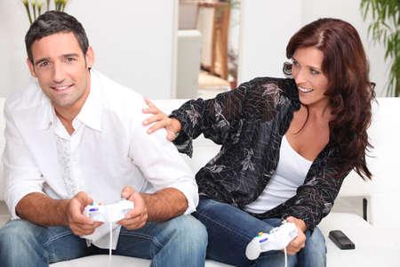 pareja viendo television: Pareja adulta jugando juegos de computadora Foto de archivo