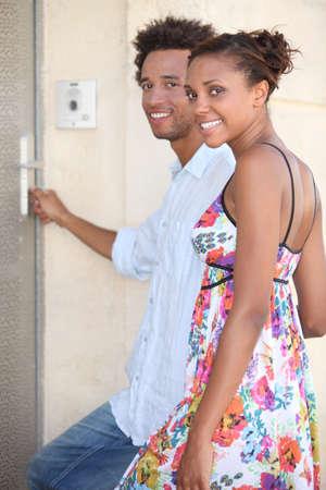 abriendo puerta: retrato de una pareja en la puerta